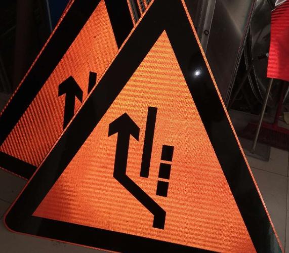 马路交通标志牌